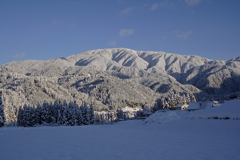 朝日を浴びる雪の三界山