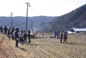 2010左義長 炎と煙を見守る地域の人たち