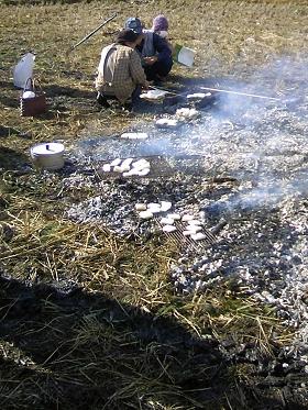 2010左義長 餅焼く風景