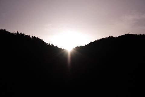 山あいの里の日没