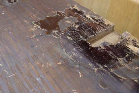 金具の下の木地呂塗り