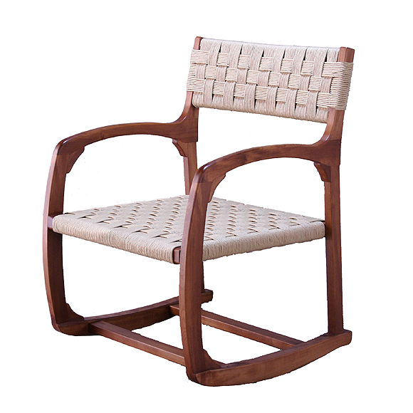 前傾する椅子 Chair seat is tilted forward