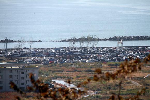 121020 日和山公園から望む被災地・石巻 廃車できない車の山