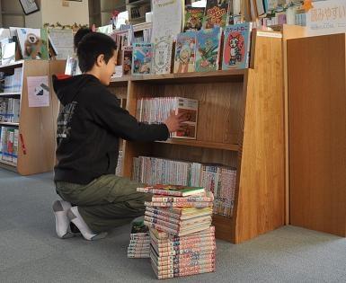 小学校図書室の本棚(書架) 2